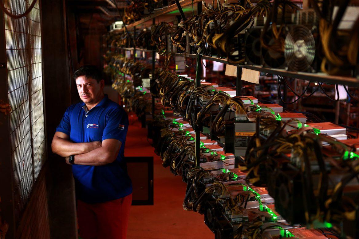 Rocelo Lopes, empresário, em seu pool de mineração de bitoins no Paraguai. Ao lado, máquinas que decifram o código e gastam muita energia elétrica.