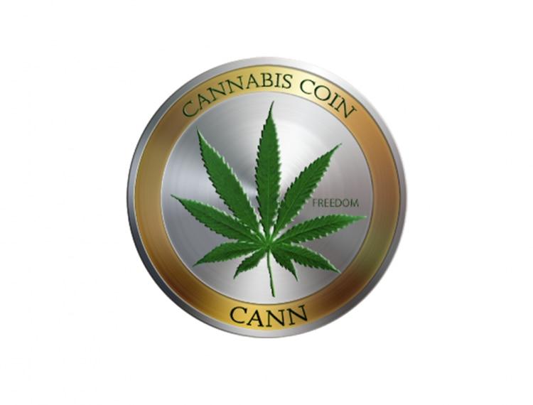 Símbolo da criptomoeda Cannabis Coin é um círculo prateado. No centro, o desenho que representa a planta da maconha, uma folha verde com folhas menores que a compõe. Na borda dourada ao redor do círculo, está o nome da moeda em cima e embaixo do desenho, a abreviação CANN, que é a sigla usada no mercado.