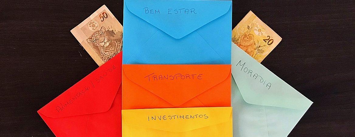 Envelopes coloridos exibem nome dos itens que você deve separar, como transporte, moradia, investimento e bem-estar