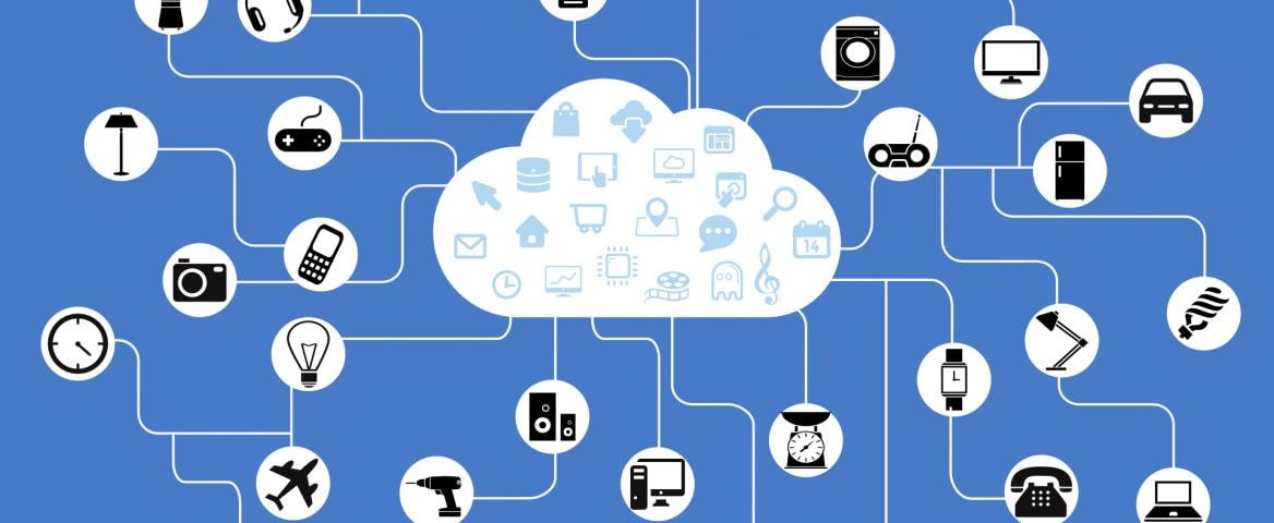 Em fundo azul, há o desenho de uma nuvem branca no centro com diversos ícones em preto-e-branco ao redor conectados a ela, representando produtos: um liquidificador, um fone de ouvido, câmeras, televisões, uma impressora, um microfone, um celular, um telefone, uma geladeira, computadores, uma lâmpada, uma furadeira, um tablet, um rádio, uma máquina de lavar, um carro, um avião, relógios, uma balança, caixas de som, um abajur, um aspirador de pó e um controle de videogame.