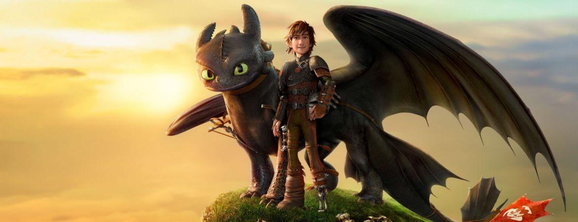 O personagem Soluço, do filme Como Treinar Seu Dragão, ao lado do dragão Banguela