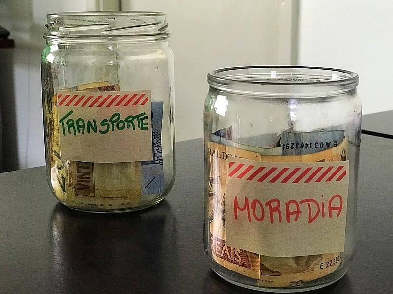Potes de vidro ajudam a separar dinheiro para despesas como transporte e moradia