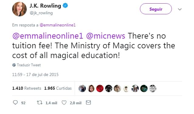 Tweet de J.K. Rowling, respondendo a uma fã e ao site mic em inglês: não há mensalidade! O Ministério da Magia cobre todos os custos da educação mágica!