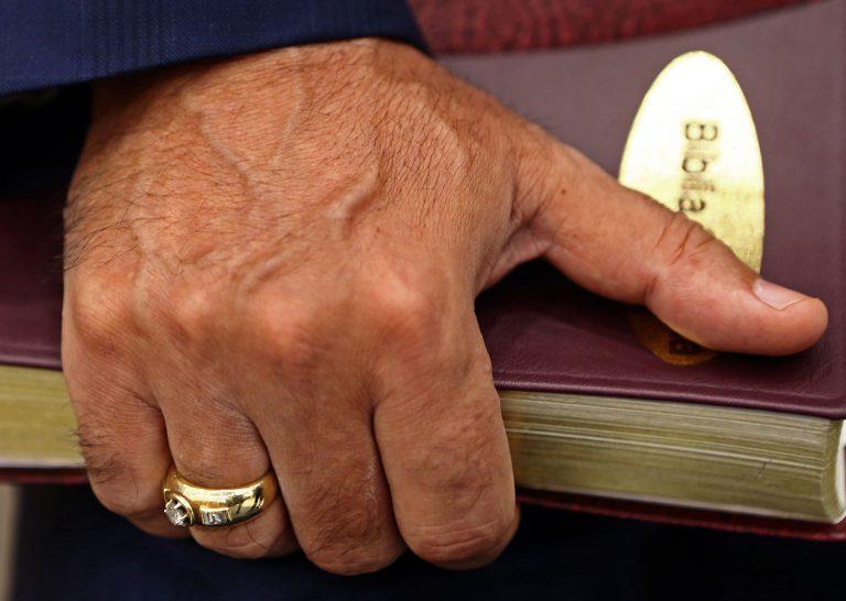 A mão do pastor Silas Malafaia segurando a Bíblia em culto na Penha   Fabio Motta / Estadão