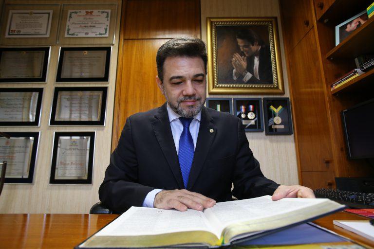 O deputado federal pastor Feliciano em seu gabinete em Brasília   Dida Sampaio / Estadão