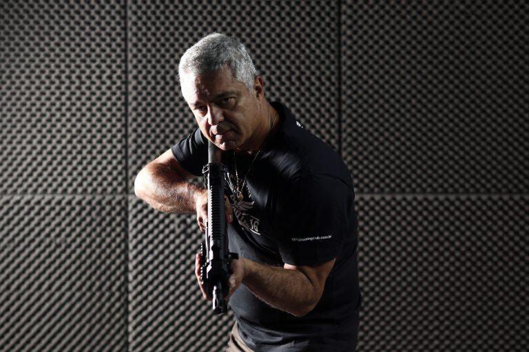 O deputado federal se prepara para usar uma submetralhadora calibre 9 mm.   Hélvio Romero / Estadão