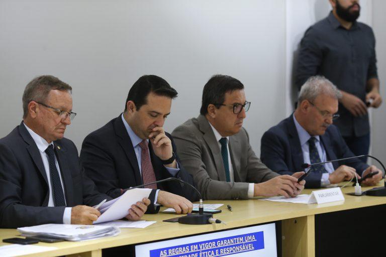 O emedebista Valdir Colatto (primeiro à esq) durante o encontro semanal da grupo  Dida Sampaio / Estadão