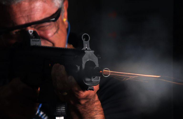 Major disparo a submetralhadora no estande de tiro.   Hélvio Romero / Estadão