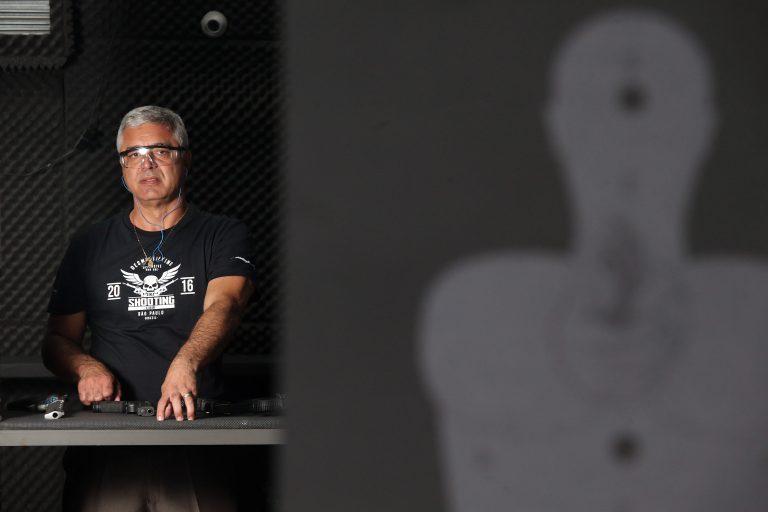 O atirador verificar o alvo no estande.   Hélvio Romero / Estadão