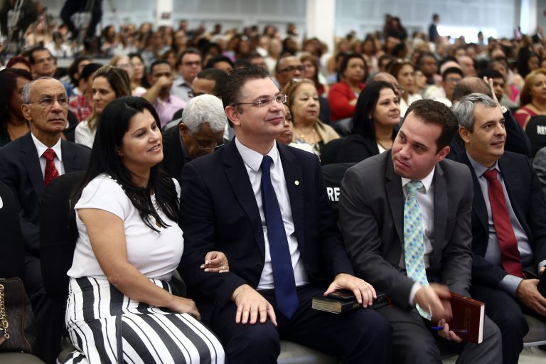 Deputado Sóstenes Cavalcante (DEM - RJ) e sua família no templo da Penha  Fabio Motta / Estadão