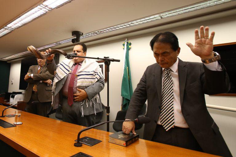 Deputado pastor Eurico (e), evangélico tocando shofar e o deputado Takayama (d) durante culto evangélico no plenário da Ala das comissões da câmara.  Dida Sampaio / Estadão