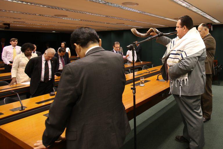 O culto se aproxima do fim ao som do shofar, o instrumento de sopro tocado pelo fiel ao centro.  Dida Sampaio / Estadão