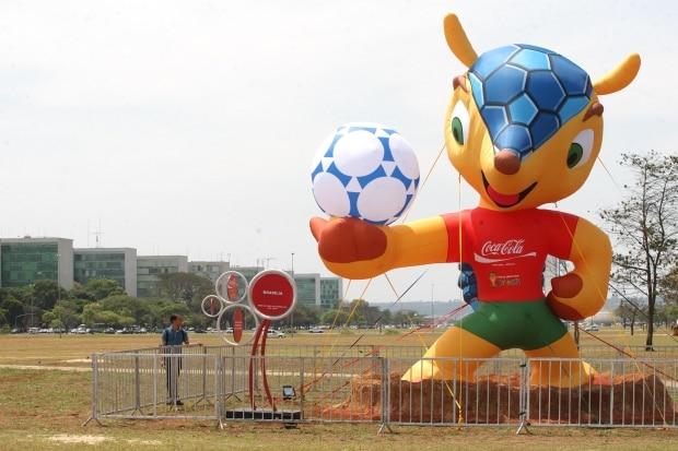 Mascote da Copa 2014 é destruído em confronto em Porto Algre ... 2615279b961