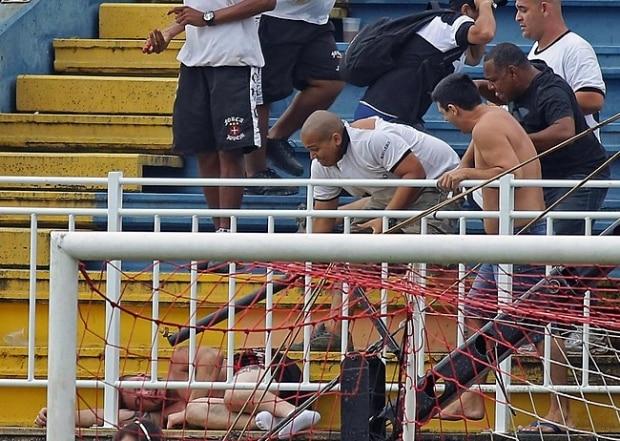 7ce899334b Policiais interferem em confronto entre torcedores de Atlético-PR e Vasco  ...