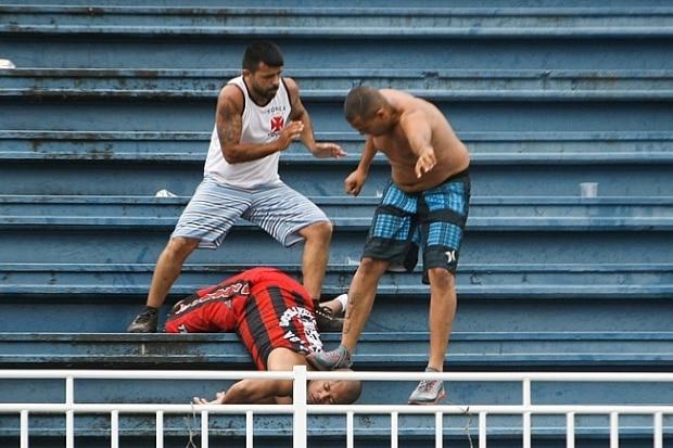 cc4f200fad Torcedor do Vasco agride adversário na Arena Joinville durante ...