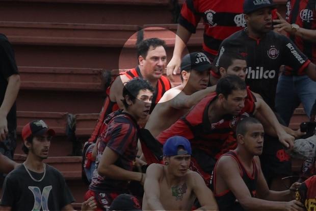 Torcedor do Atlético-PR é espancado por vascaínos e atendido por  helicóptero da Polícia militar após briga na Arena Joinville eb333de876625